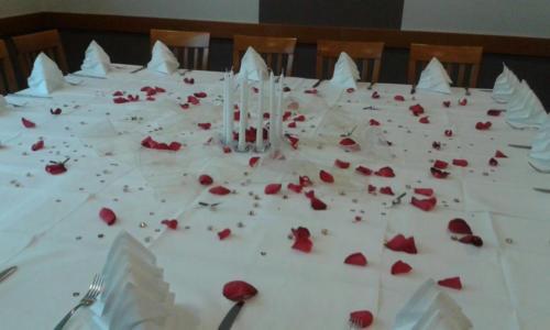 Tisch mit Rosenblüten